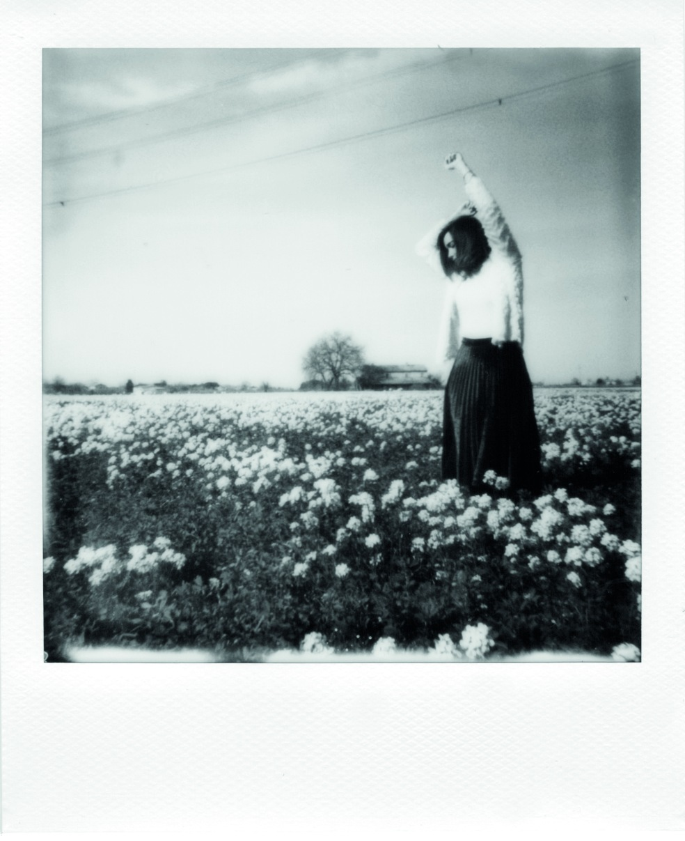 Alessia_amati_white flowers field_polaroid 600_polaroid originals Black&white